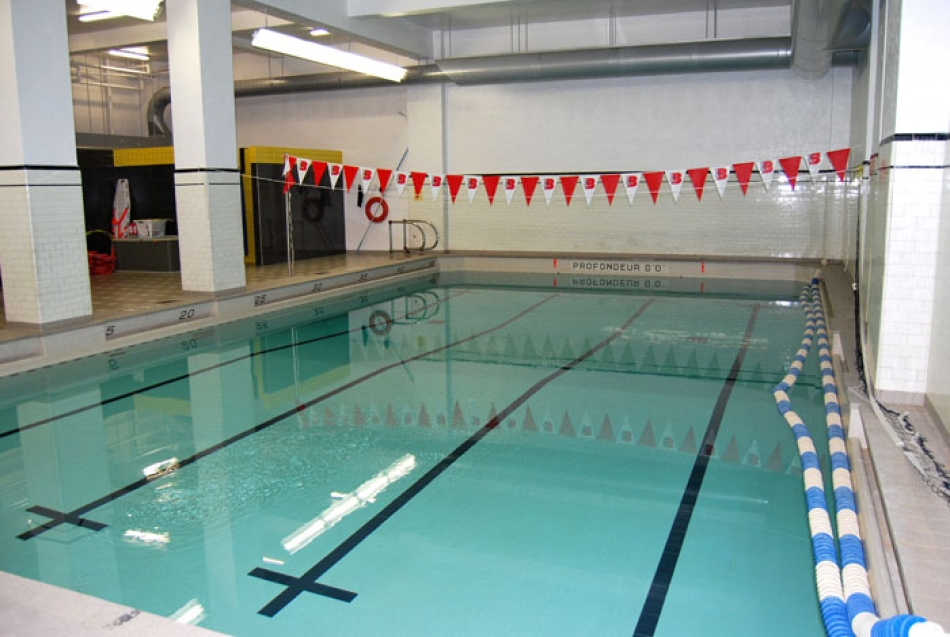 piscine intrieure sous sol la piscine duintrieur devient une pice vivre intgre dans votre. Black Bedroom Furniture Sets. Home Design Ideas